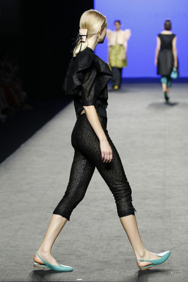 Pantalón capri negro calado