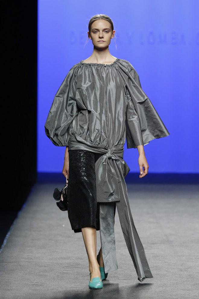 Blusa de seda gris