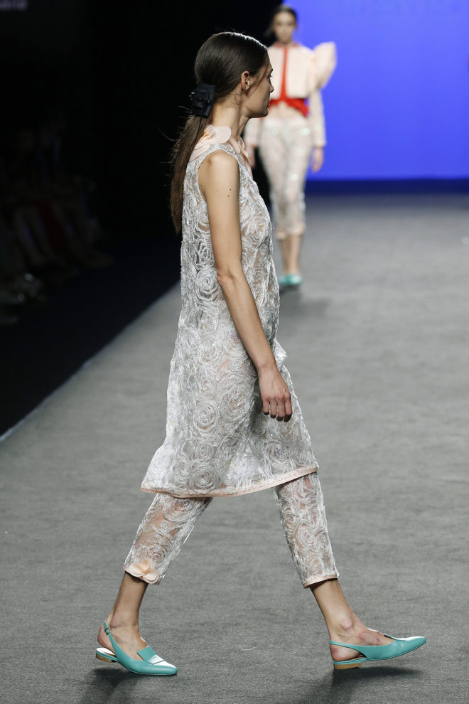 Pantalón capri de tul y aplicaciones bordadas