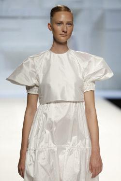 Blusa blanca mangas abulonadas
