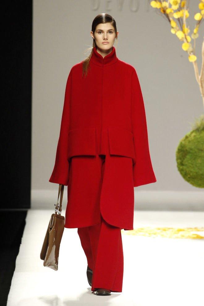 Abrigo rojo cuello mao