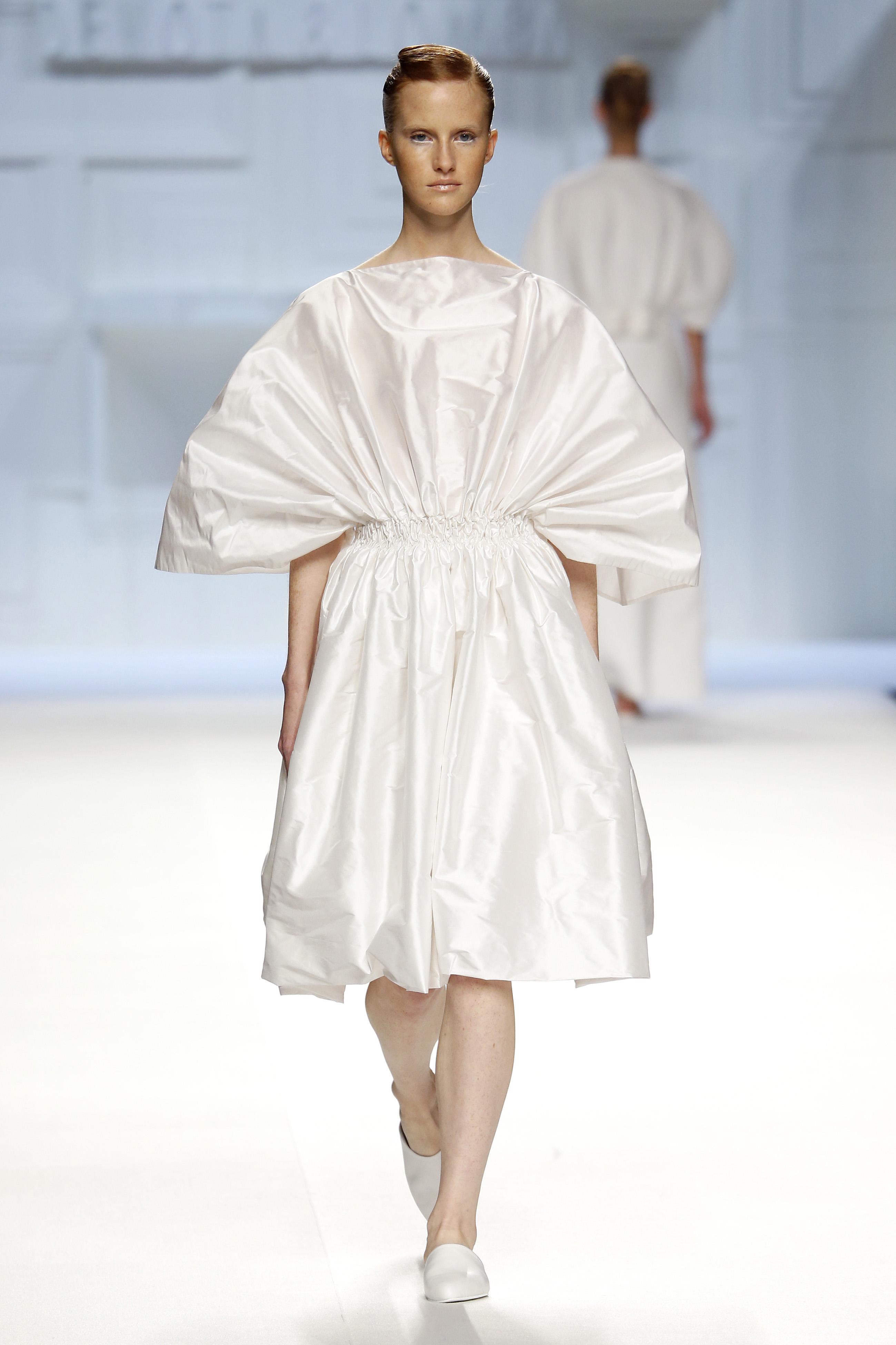 Vestido blanco fruncido tipo abanico