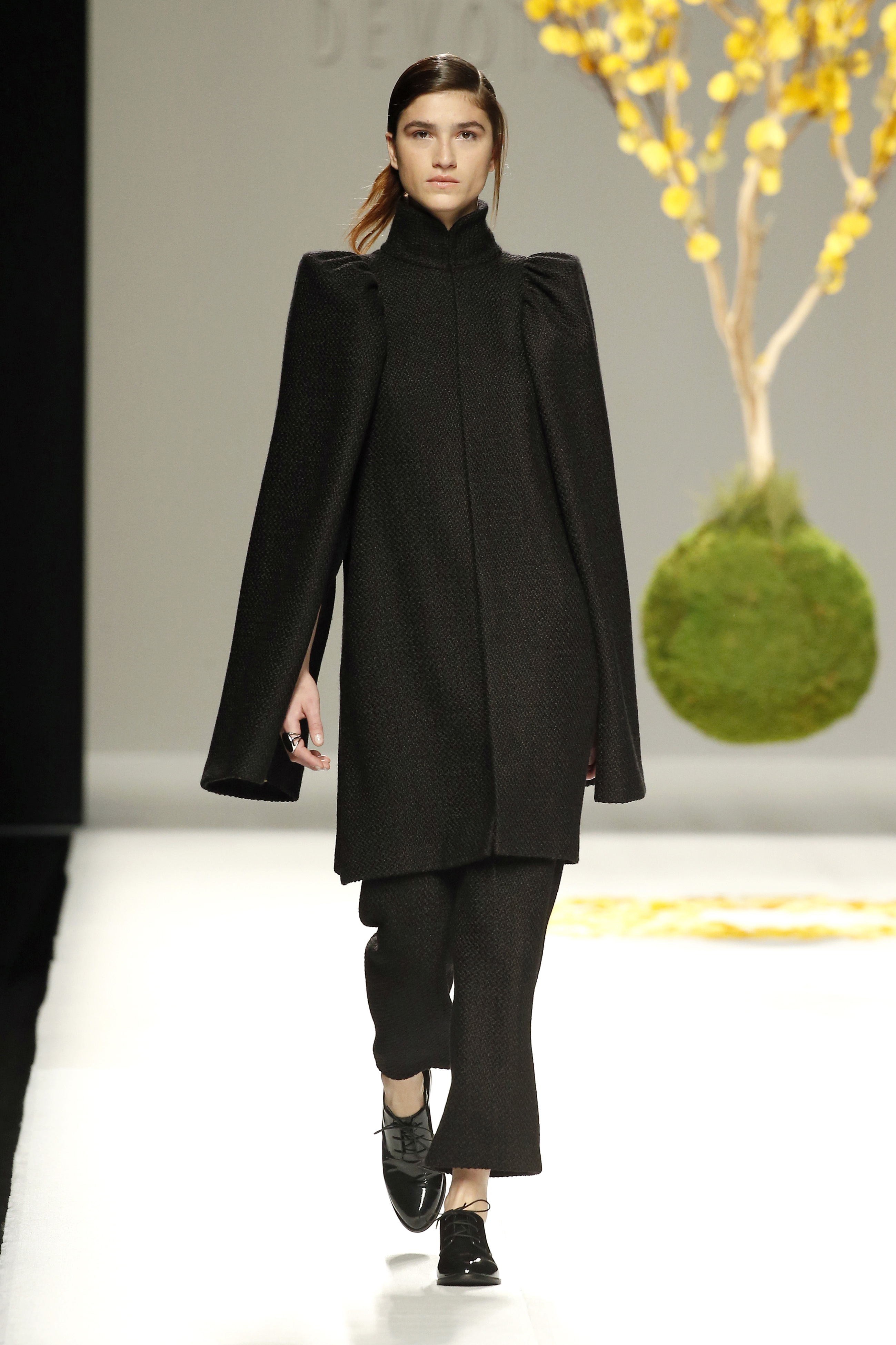 Abrigo negro cuello mao