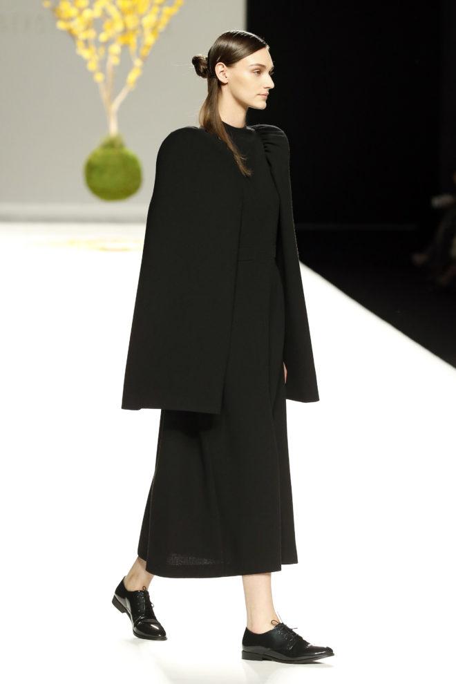 Vestido negro mangas estructuradas